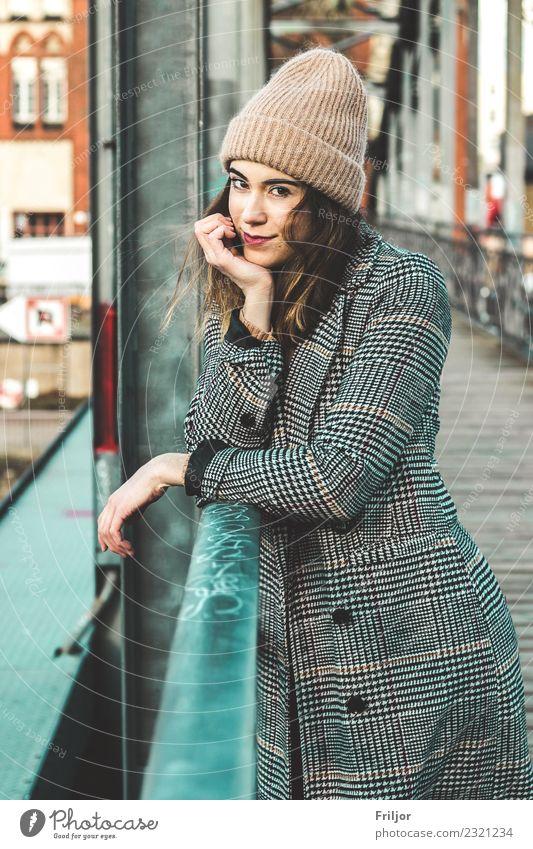 Frostiges Berlin IV Frau Mensch Jugendliche Junge Frau blau Stadt schön grün rot 18-30 Jahre Erwachsene Lifestyle feminin Mode orange