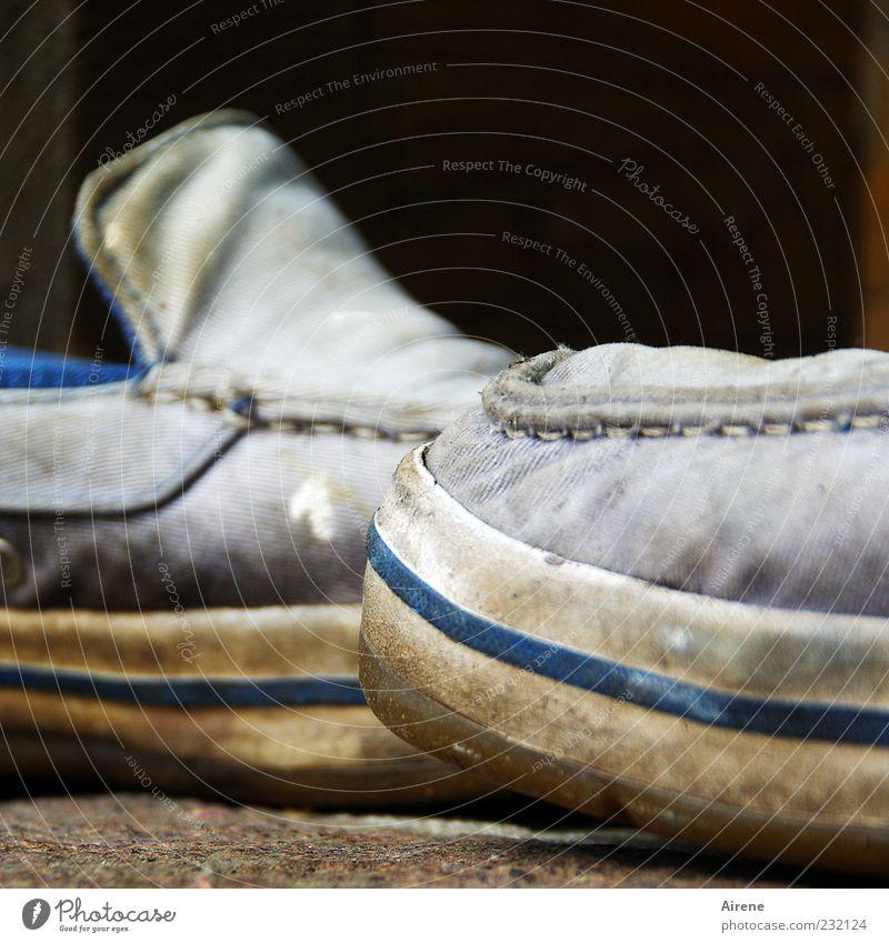 noch gut in Schuss alt blau weiß grau Schuhe dreckig einzigartig Stoff Kunststoff trashig schäbig Farbfleck Abnutzung gebraucht Naht Arbeitsbekleidung