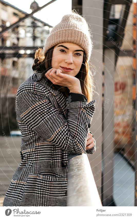 Frostig Lifestyle Stil feminin Junge Frau Jugendliche Erwachsene 1 Mensch 18-30 Jahre Stadt Bekleidung Mantel Stoff Accessoire Mütze brünett berühren festhalten
