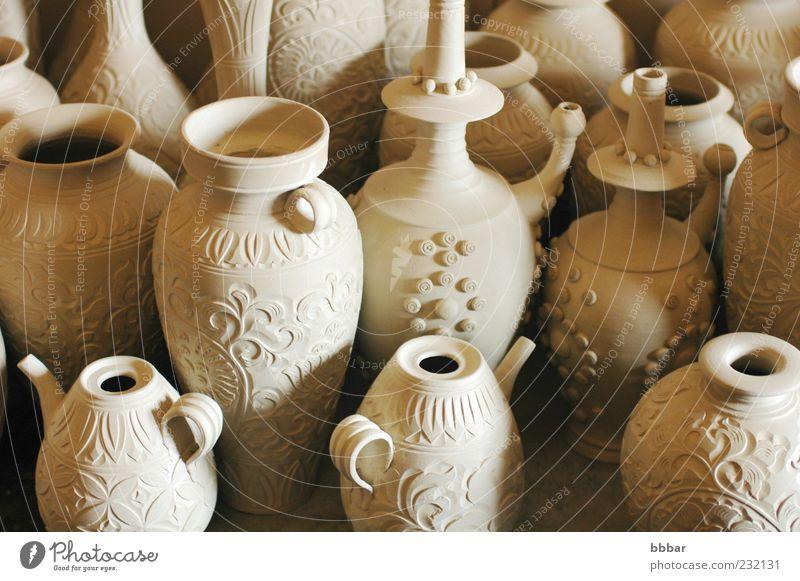 Krüge und Vasen aus roher Keramik Topf Pfanne Tasse Flasche Mensch Finger Kunstwerk Container Gießkanne dreckig nass neu braun grau Kreativität Tradition