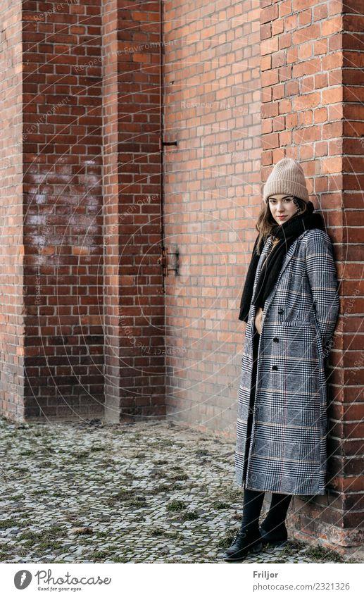 Frostiges Berlin V Lifestyle feminin Junge Frau Jugendliche Erwachsene 1 Mensch 18-30 Jahre Stadt Hauptstadt Industrieanlage Mode Mantel Mütze brünett