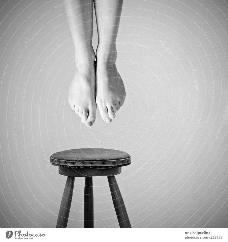 abhängen II Mensch Frau Einsamkeit Erwachsene Tod feminin Gefühle Beine Fuß außergewöhnlich authentisch Stuhl Selbstmord Schmerz hängen Verzweiflung