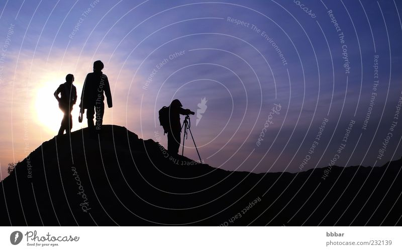 Silhouette der Fotografen auf den Bergen Freizeit & Hobby Ferien & Urlaub & Reisen Sightseeing Berge u. Gebirge Fotokamera Mensch Junge Frau Jugendliche