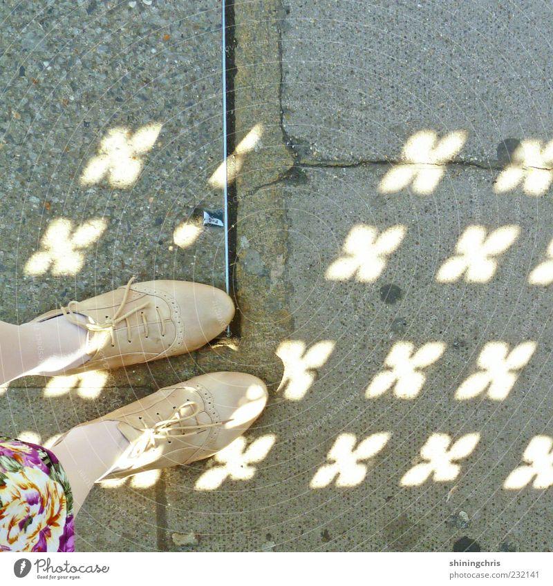 sonnen-blumen. Fuß 1 Mensch Schönes Wetter Schuhe Zeichen stehen Fröhlichkeit Freiheit stagnierend träumen Lichtspiel Boden Farbfoto Außenaufnahme