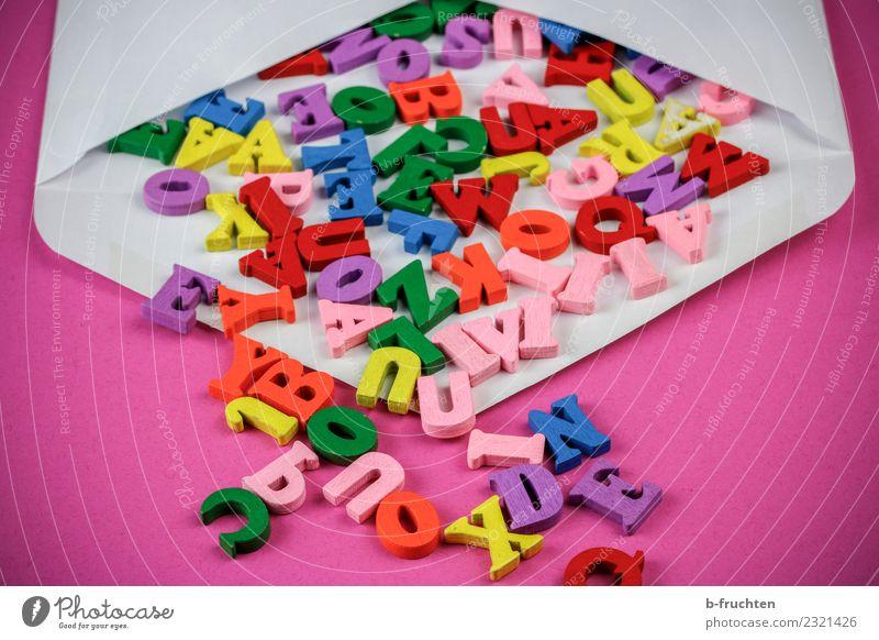 Holzbuchstaben im Briefumschlag Post Business sprechen Schriftzeichen lesen mehrfarbig rosa Briefgeheimnis Buchstaben offen aufmachen Text senden E-Mail