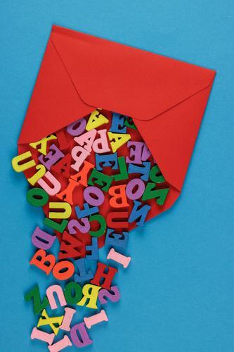 Rotes Kuvert mit Holzbuchstaben Post Business Erfolg lesen Papier Schriftzeichen schreiben mehrfarbig einzigartig Wissen Briefumschlag Buchstaben senden E-Mail