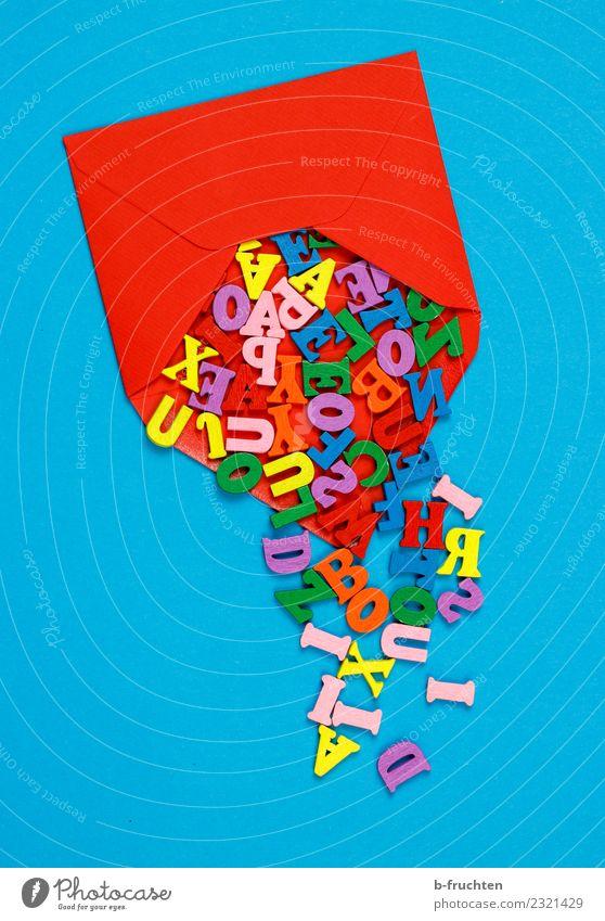 Briefumschlag entleeren Büroarbeit Post Erfolg sprechen Schriftzeichen lesen schreiben blau mehrfarbig Idee Holzbuchstaben ausleeren aufmachen Information rot