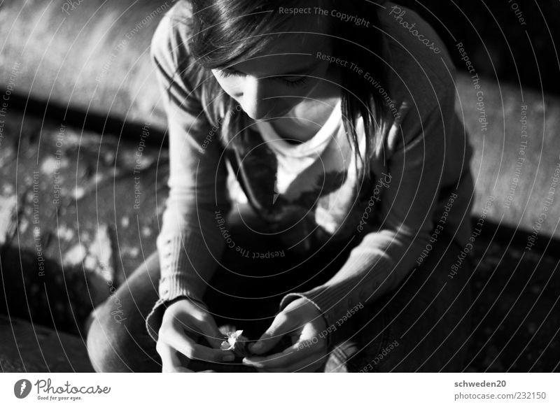 thinking black and white Mensch Natur Jugendliche schön Pflanze Sommer Blume Einsamkeit Gefühle Holz Traurigkeit Denken träumen Stimmung warten sitzen