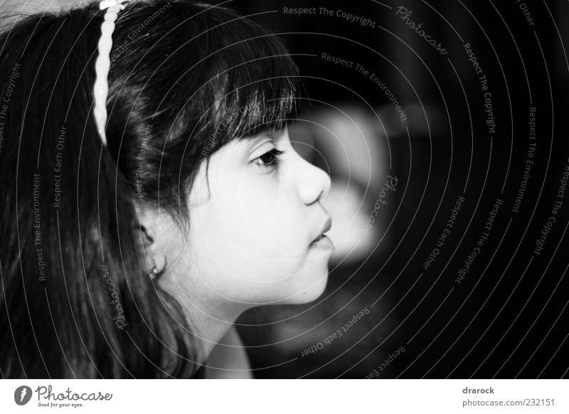 Just wondering Kind Mädchen Kindheit Jugendliche 1 Mensch 3-8 Jahre beobachten Denken Blick niedlich schwarz weiß Schwarzweißfoto Innenaufnahme