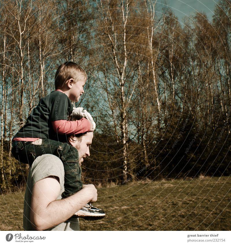 Vater und Sohn Mensch maskulin Kind Kleinkind Junge Mann Erwachsene 2 3-8 Jahre Kindheit 30-45 Jahre Umwelt Natur Landschaft tragen wandern Fröhlichkeit Baum