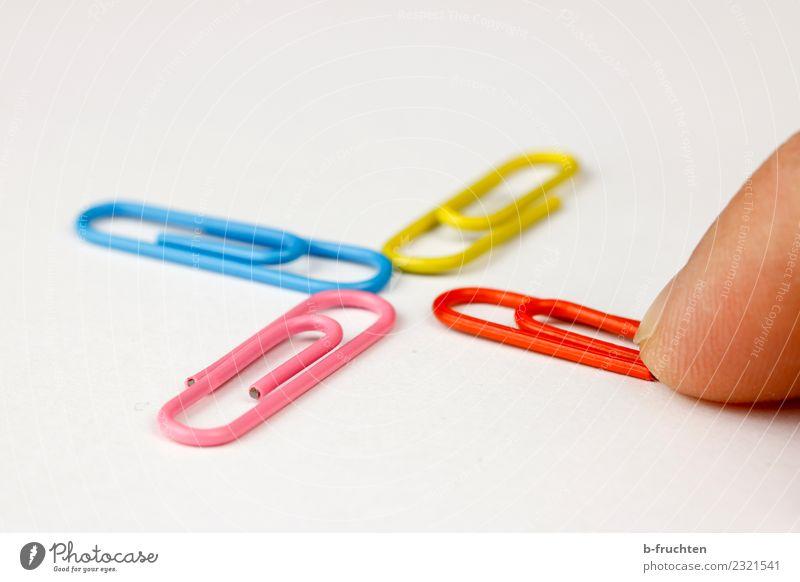 Kreuz mit Büroklammern Büroarbeit Business Karriere Erfolg Finger bauen berühren einfach mehrfarbig Zusammensein Ordnungsliebe Kommunizieren Mittelpunkt