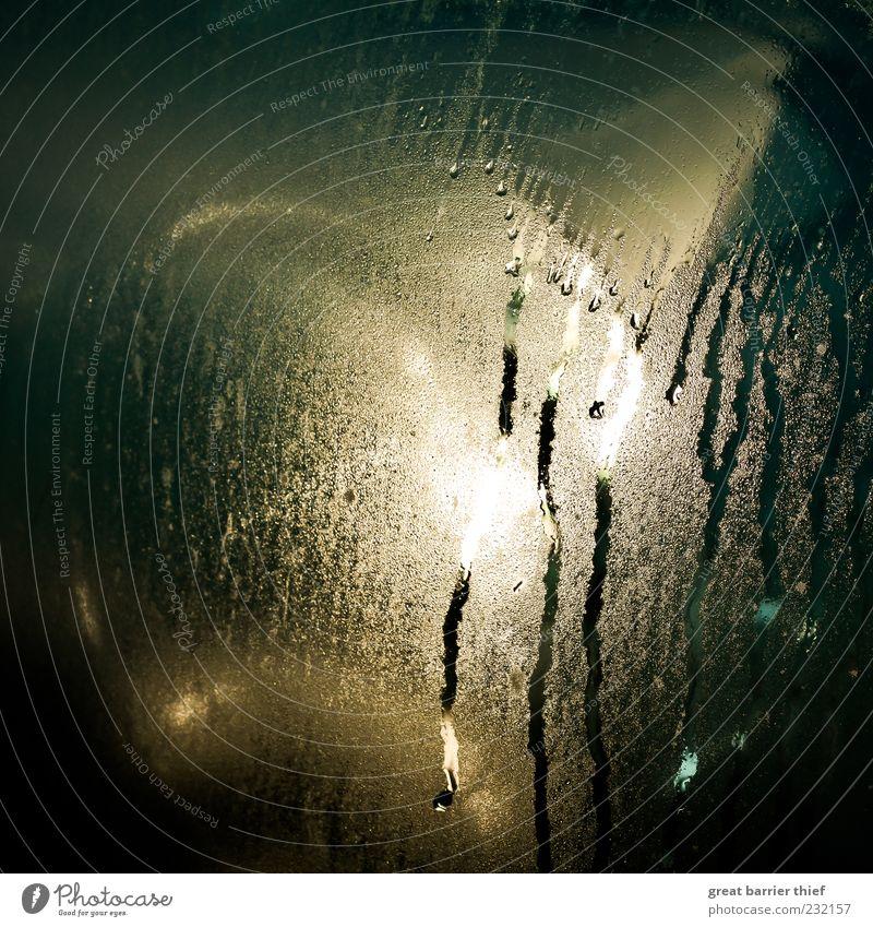 Tropfenvorhang Wasser gold Glas Wassertropfen leuchten feucht Tau Windschutzscheibe beschlagen