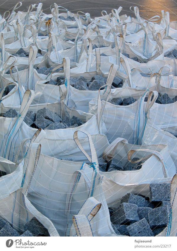 steingesackt Sack weiß Schifffahrt Stein blau-grau viele säcke Graffiti Kopfsteinpflaster Güterverkehr & Logistik