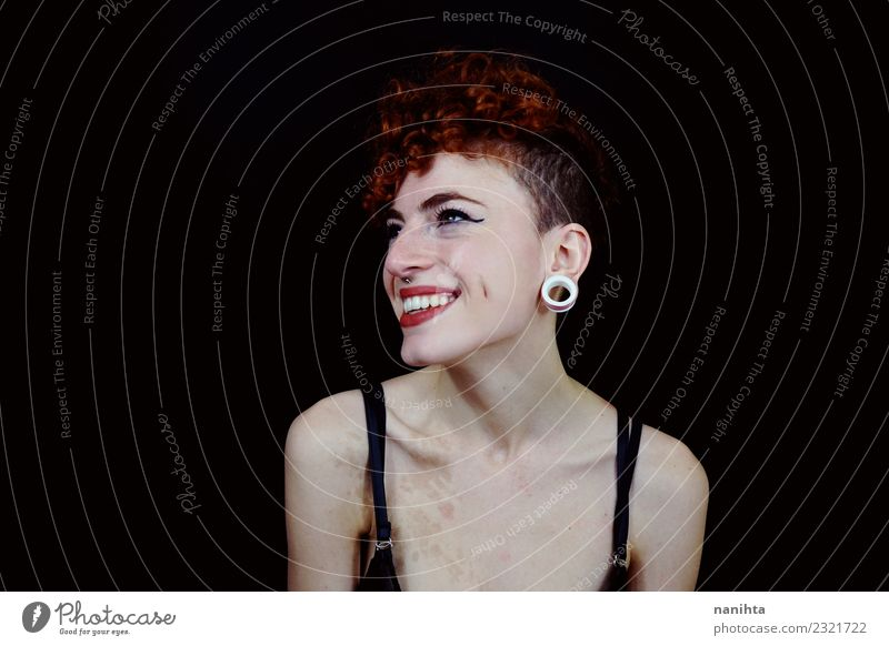 Schöne und jugendliche Rothaarige Frau im Studio Lifestyle elegant Stil exotisch Freude schön Haare & Frisuren Haut Gesicht Kosmetik Schminke Wellness Leben