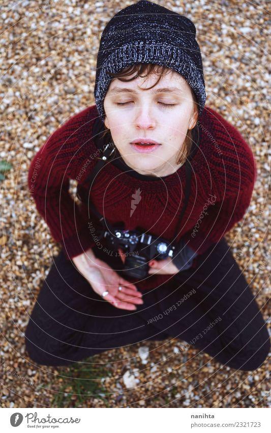 Junge Frau, die sich inspirieren lässt, während sie meditiert. Lifestyle Stil harmonisch Sinnesorgane Erholung Meditation Mensch feminin androgyn Jugendliche 1
