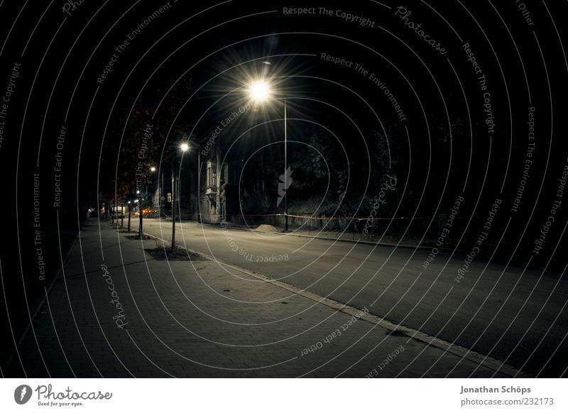 leer Einsamkeit Straße dunkel Gefühle Wege & Pfade Beleuchtung Angst gefährlich leuchten bedrohlich beobachten Asphalt Bürgersteig gruselig Verkehrswege