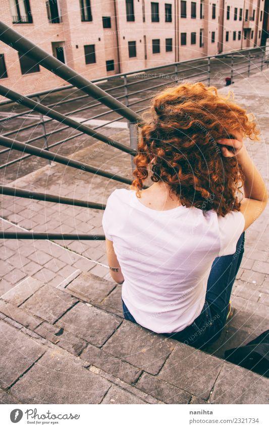 Rückansicht einer jungen Frau in einer Stadt Lifestyle Stil Design Haare & Frisuren ausgehen Mensch feminin Junge Frau Jugendliche 1 18-30 Jahre Erwachsene