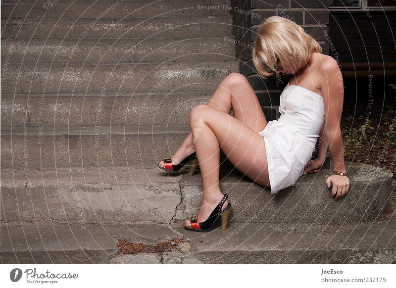#232175 elegant Stil schön Frau Erwachsene Mensch 18-30 Jahre Jugendliche Mode Kleid Damenschuhe blond langhaarig festhalten sitzen warten Coolness trendy kalt