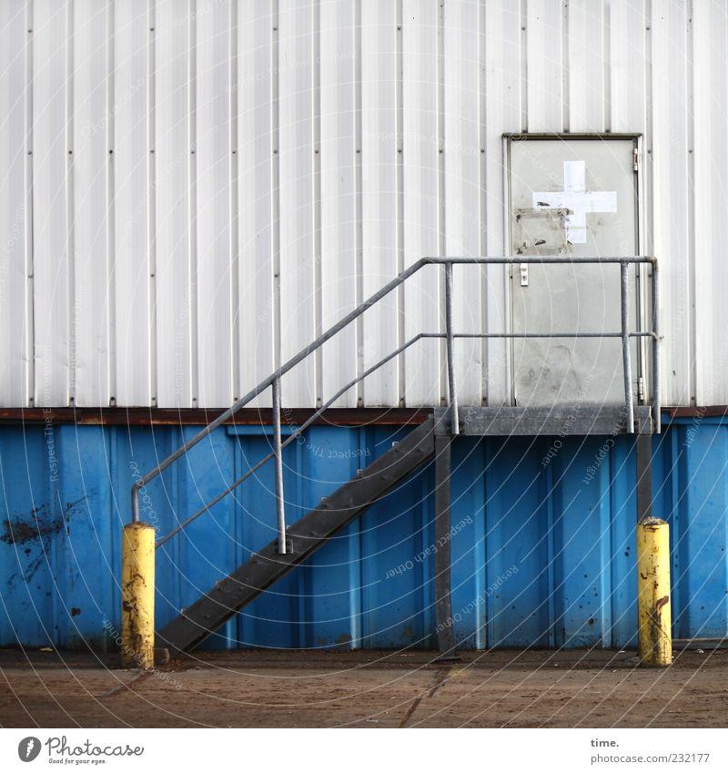 Betriebliche Gesundheitsversorgung Dienstleistungsgewerbe Treppe Tür Beton Metall Kreuz blau gelb grau weiß Sicherheit Zufriedenheit Erwartung Poller