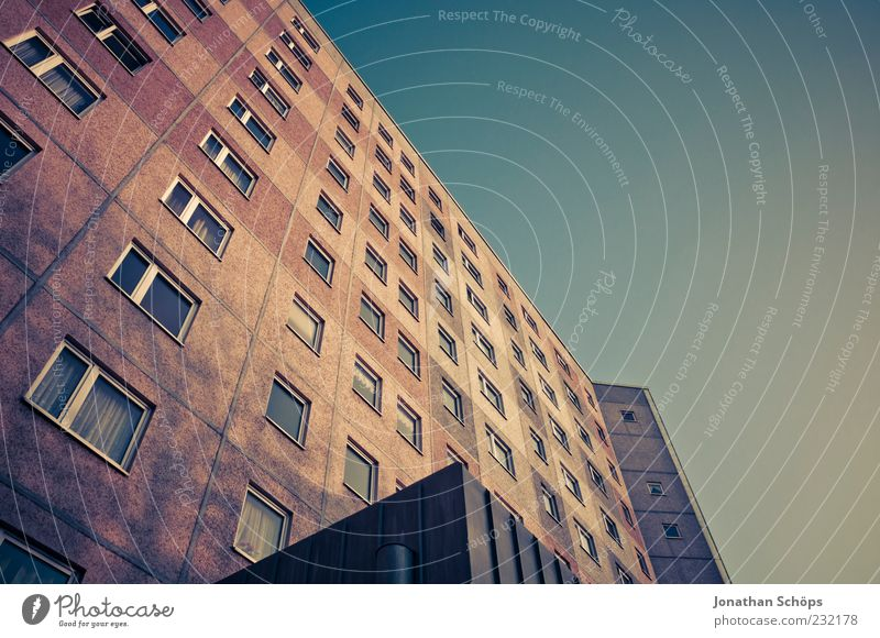 Block, meiner blau Stadt Einsamkeit Haus Fenster Architektur Gebäude braun gold Wohnung Fassade Autofenster ästhetisch trist Etage DDR