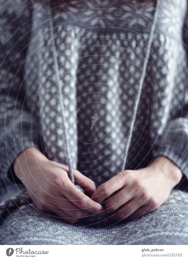 Mensch Jugendliche Hand schön Erwachsene träumen Mode elegant Haut Finger authentisch Lifestyle 18-30 Jahre dünn gruselig Pullover