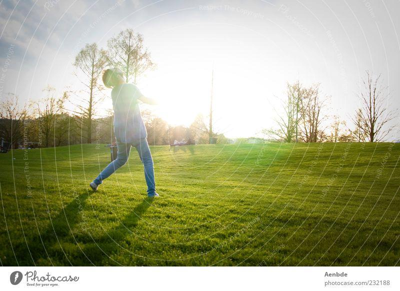 Sommer Mensch Natur Jugendliche grün Sonne Sommer Freude Erwachsene gelb Erholung Wiese Landschaft Spielen Bewegung Gras Glück
