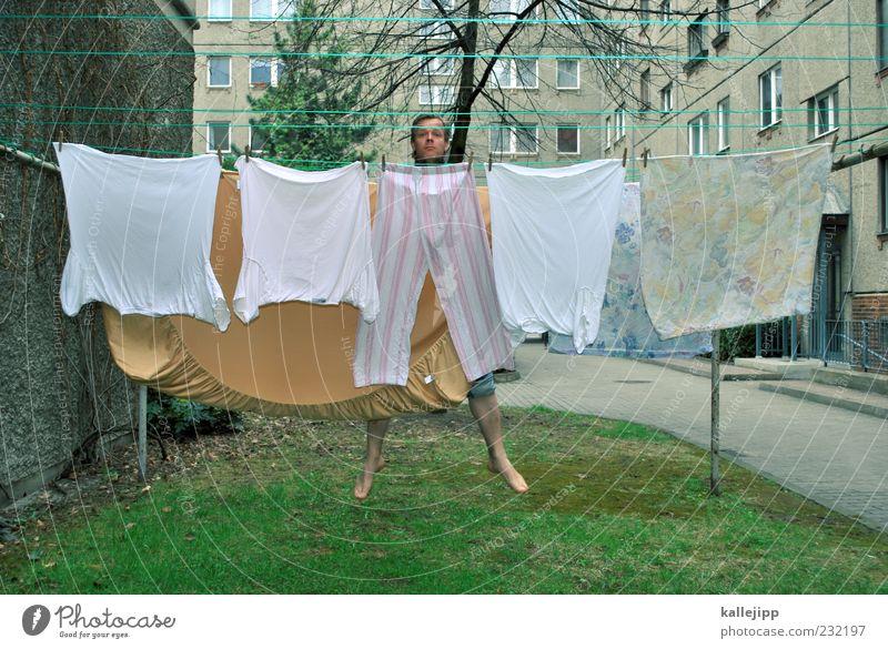 3400_waschtag Freude Mensch Mann Erwachsene 1 30-45 Jahre Bekleidung T-Shirt Hose Stoff springen Haushaltsführung Wäsche Wäscheleine Farbfoto Außenaufnahme