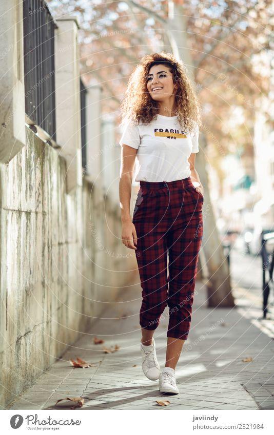 Junge Frau lockige Frisur mit Freizeitkleidung auf der Straße Lifestyle Stil schön Haare & Frisuren Gesicht Mensch feminin Jugendliche Erwachsene 1 18-30 Jahre