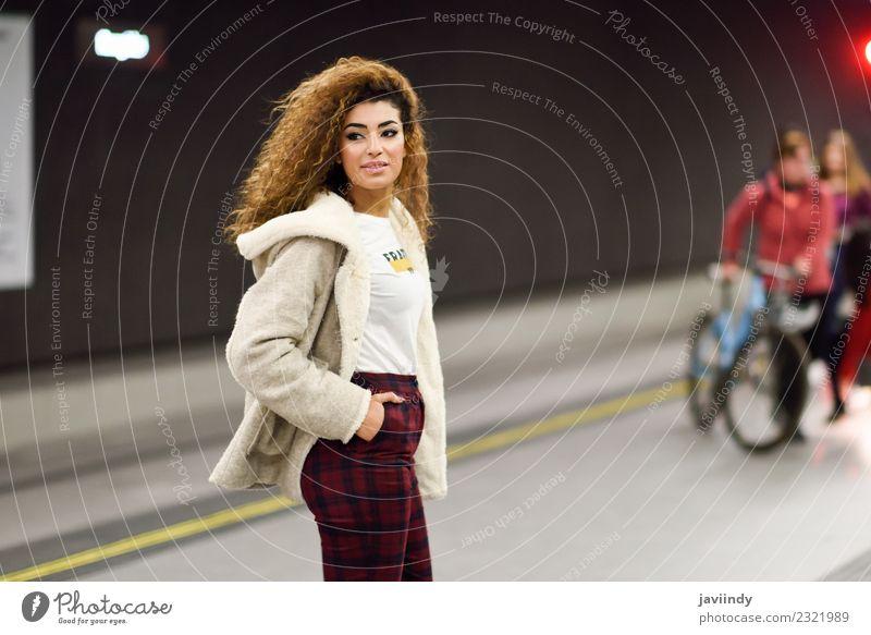 Junge Frau wartet in einer U-Bahn-Station auf ihren Zug. Lifestyle Stil Ferien & Urlaub & Reisen Tourismus Ausflug Mensch Jugendliche Erwachsene 1 18-30 Jahre