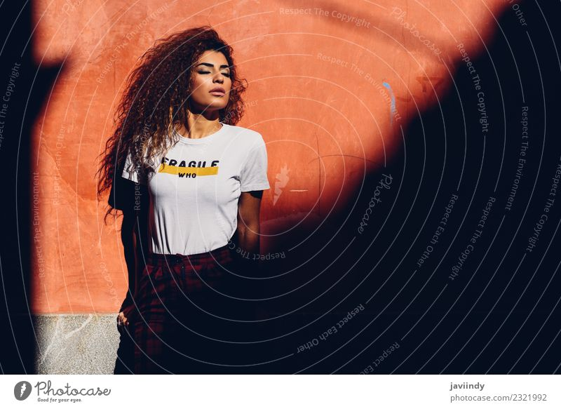 Schöne Frau an der Sonne mit geschlossenen Augen Lifestyle schön Haare & Frisuren Gesicht Sommer Mensch feminin Junge Frau Jugendliche Erwachsene 1 18-30 Jahre