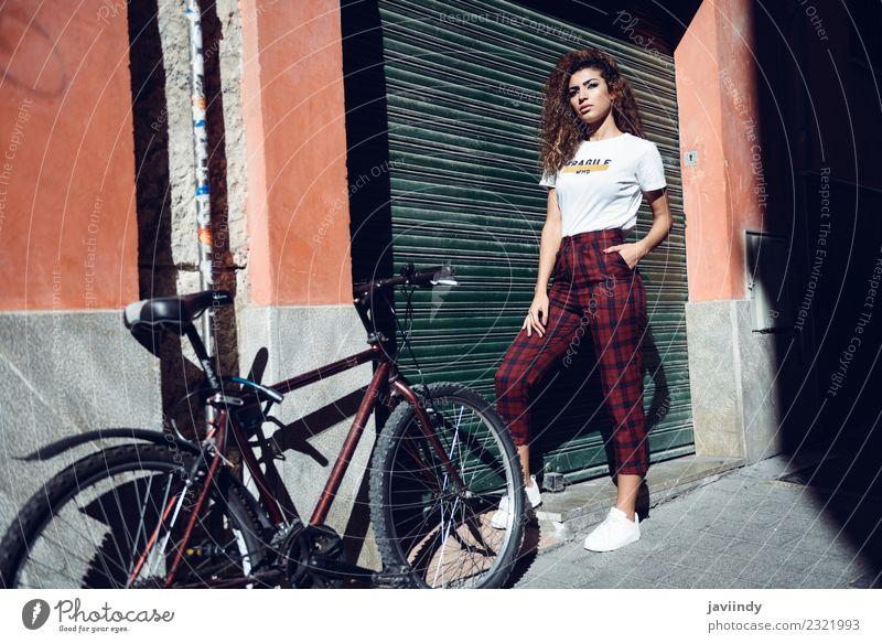 Frau in Freizeitkleidung auf der Straße in der Nähe eines Fahrrads Lifestyle schön Haare & Frisuren Sommer Mensch Junge Frau Jugendliche Erwachsene 1