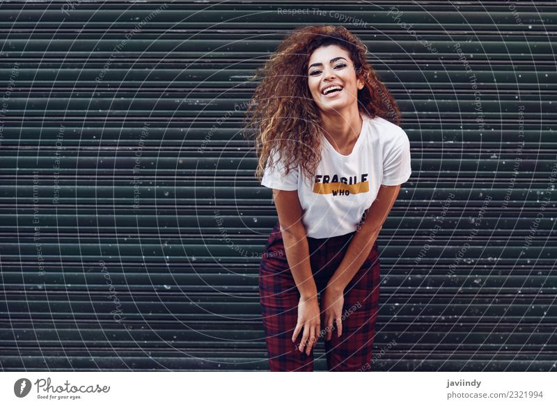 Fröhliche junge Frau lächelt über städtische Jalousien. Lifestyle Stil Freude Glück schön Haare & Frisuren Gesicht Mensch Junge Frau Jugendliche Erwachsene 1