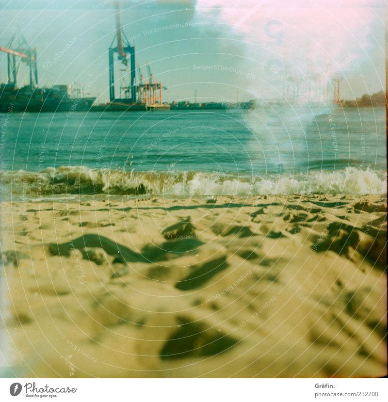 Strand Erholung Sommer Sonne Wellen Industrie Sand Wasser Sonnenlicht Flussufer Hamburg Hafen blau gelb Pause Kran Elbe Light leak analog Farbfoto Außenaufnahme