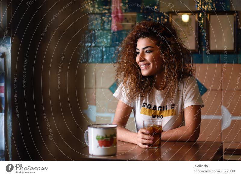 Lächelnde Frau in einer Bar mit Vintage-Dekoration Getränk trinken Lifestyle Stil Freude Glück schön Haare & Frisuren Freizeit & Hobby Restaurant Mensch feminin