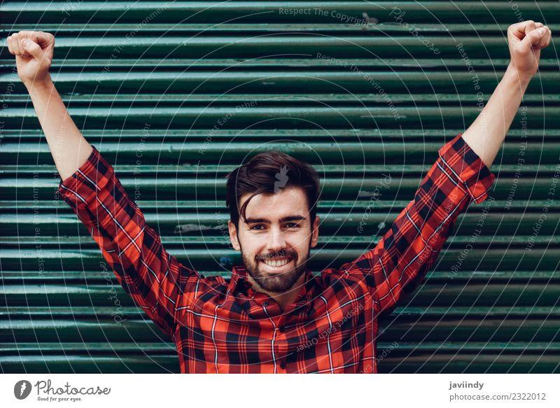 Junger lächelnder Mann mit offenen Armen, der ein kariertes Hemd trägt. Lifestyle Stil schön Haare & Frisuren Mensch Junger Mann Jugendliche Erwachsene