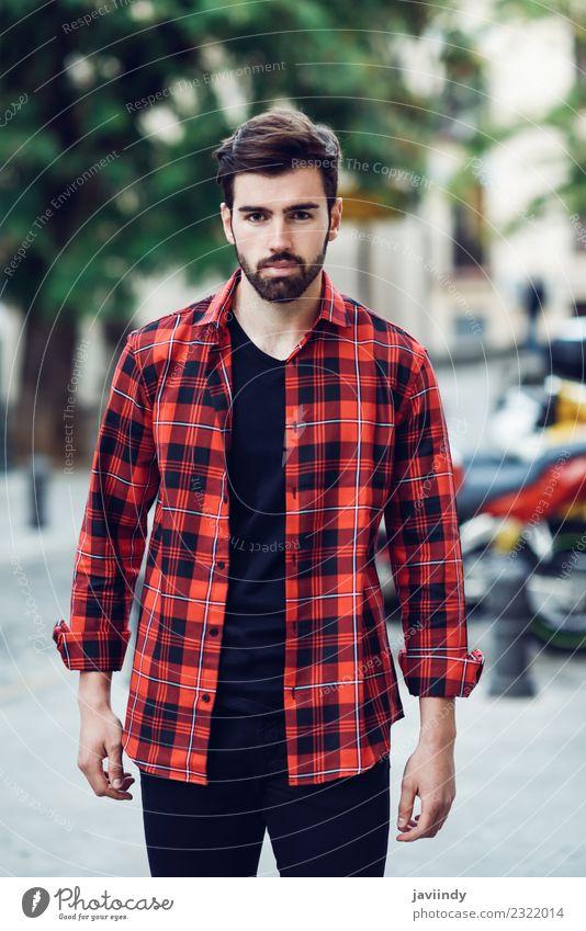 Junger bärtiger Mann im urbanen Hintergrund Lifestyle Stil schön Haare & Frisuren Mensch maskulin Junger Mann Jugendliche Erwachsene 1 18-30 Jahre Herbst Straße