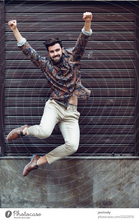 Junger bärtiger Mann, der in den urbanen Hintergrund springt. Freude Mensch maskulin Junger Mann Jugendliche Erwachsene 1 18-30 Jahre Straße Mode Hemd Vollbart