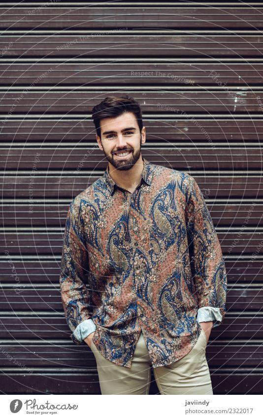 Junger lächelnder Mann im modernen Hemd auf der Straße Lifestyle Stil schön Haare & Frisuren Mensch Junger Mann Jugendliche Erwachsene 1 18-30 Jahre Herbst Mode