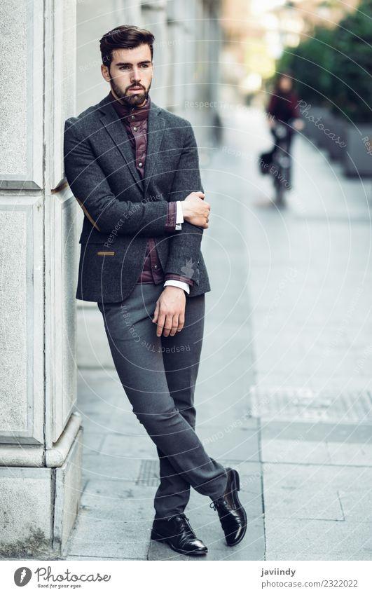 Bartiger Mann im britischen eleganten Anzug im Freien. Lifestyle Stil schön Haare & Frisuren Mensch maskulin Junger Mann Jugendliche Erwachsene 1 18-30 Jahre