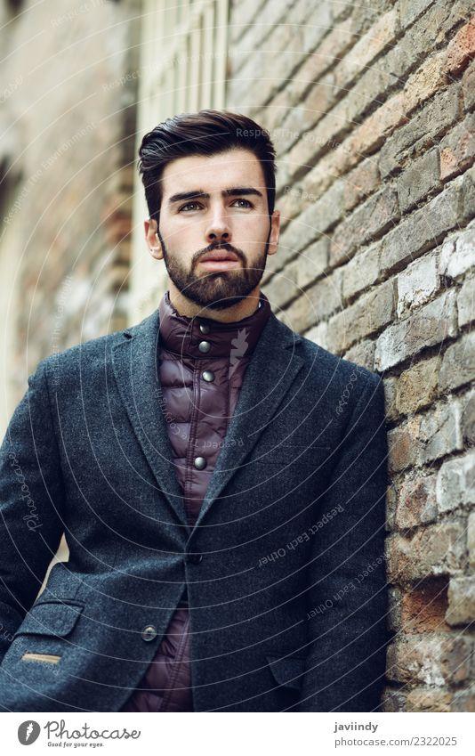 Junger Mann im britischen eleganten Anzug im Freien. Lifestyle Stil schön Haare & Frisuren Mensch Jugendliche Erwachsene 1 18-30 Jahre Straße Mode Vollbart