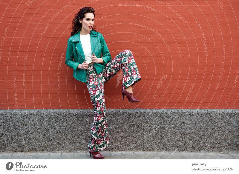 Frau Mensch Jugendliche Junge Frau schön grün weiß 18-30 Jahre Gesicht Erwachsene Straße Lifestyle Herbst Stil Haare & Frisuren Mode
