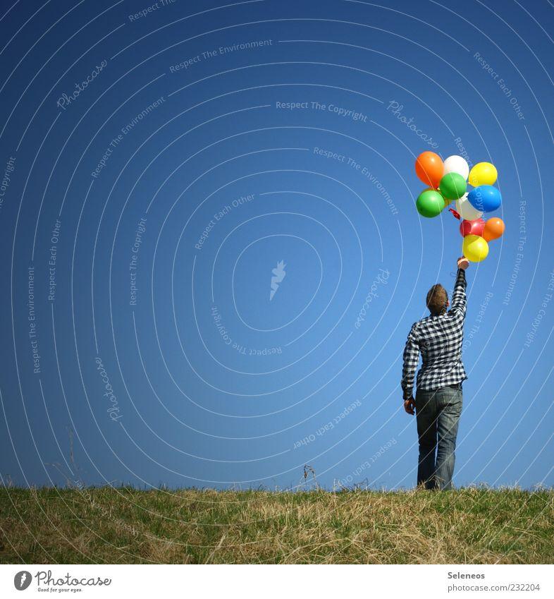 Ballonhalter Mensch Himmel Natur Pflanze Sommer Wiese Umwelt Landschaft Spielen Freiheit Gras Garten Frühling Horizont Feld Freizeit & Hobby