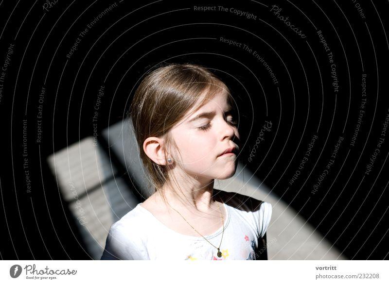 erstrahlt Kind Mädchen 1 Mensch 3-8 Jahre Kindheit brünett langhaarig stehen außergewöhnlich schwarz weiß grell Farbfoto Außenaufnahme Tag Licht Schatten