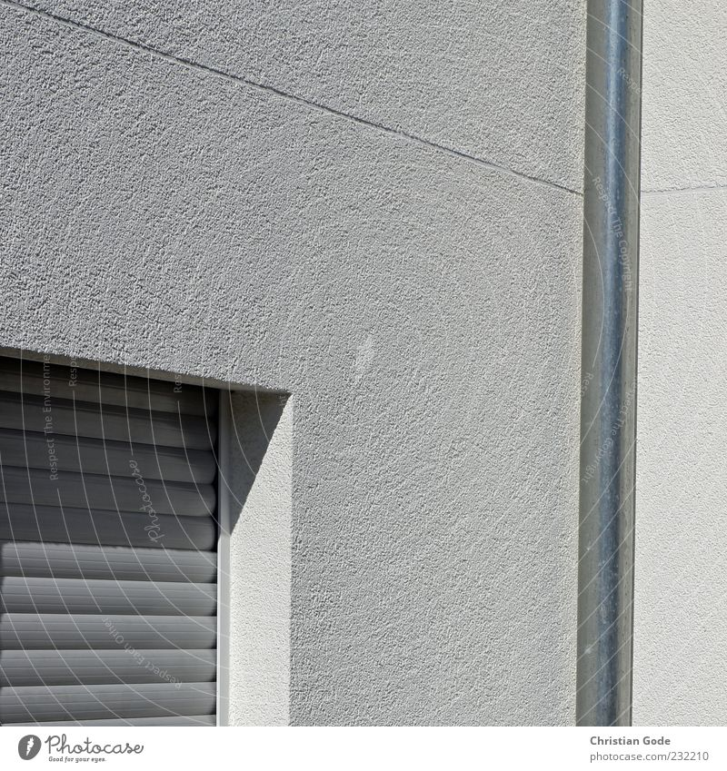 Flucht nach Vorne Menschenleer Haus Bauwerk Gebäude Architektur Mauer Wand Fassade Fenster grau Fallrohr Wasserrohr Regenrinne Lamelle Lamellenjalousie Jalousie