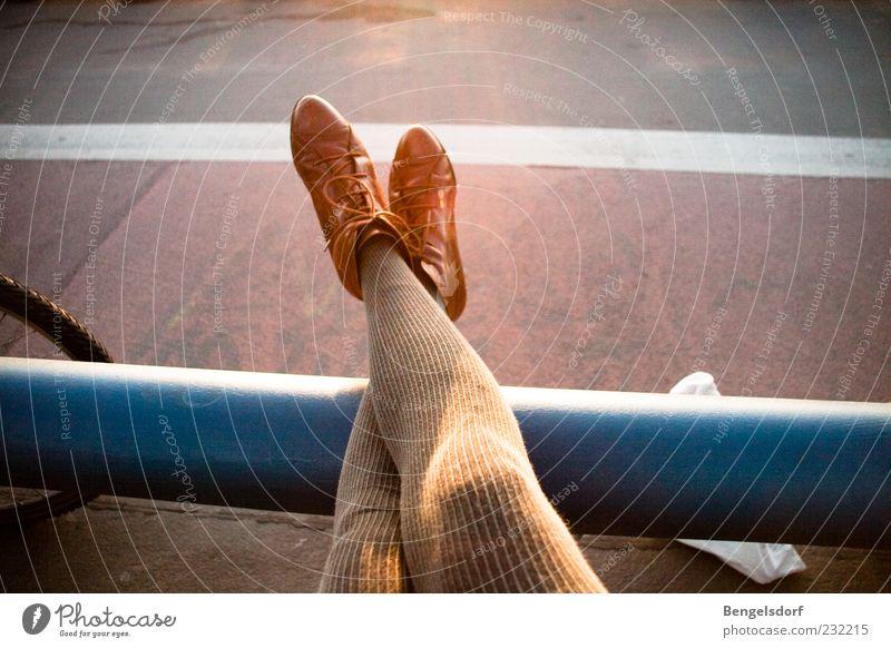 sich einfach mal locker machen Mensch Frau blau ruhig Erwachsene Erholung Beine Mode Fuß Schuhe Freizeit & Hobby liegen Pause Asphalt genießen Stiefel