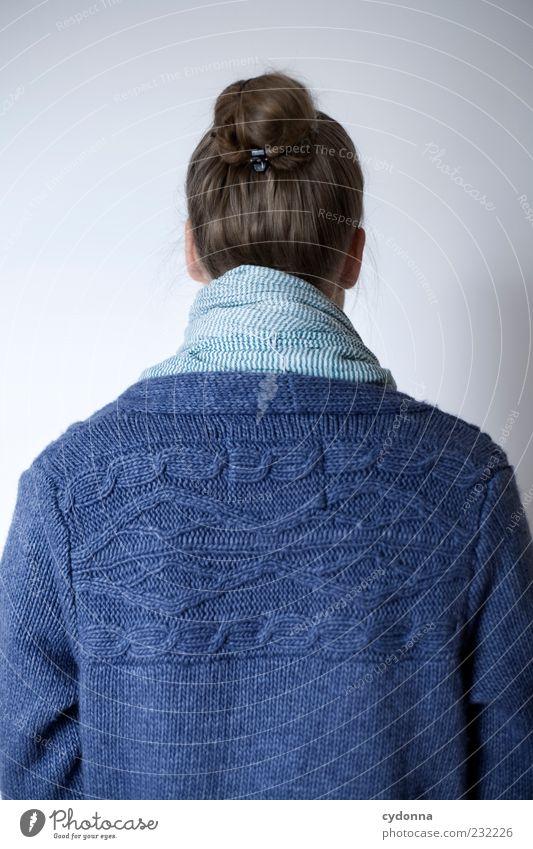 Back Mensch blau Einsamkeit ruhig Leben Gefühle Haare & Frisuren Stil träumen Rücken elegant ästhetisch Lifestyle Bekleidung einzigartig Neugier