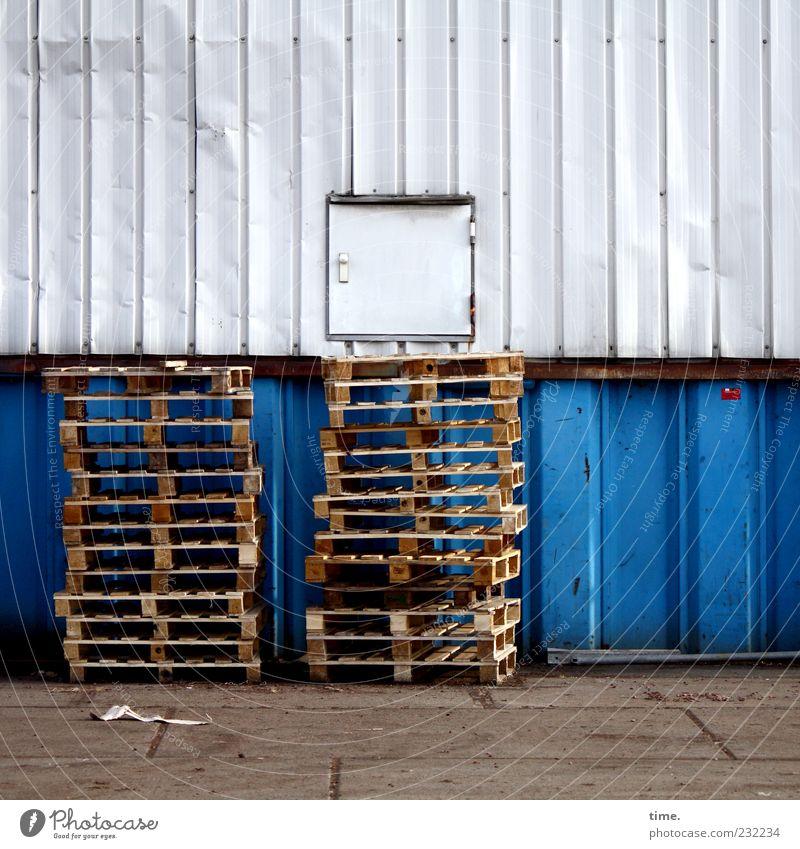 Guttenberge Dienstleistungsgewerbe 2 Mensch Beton Holz Metall blau grau weiß Paletten Wand Lagerhalle Eisen Asphalt parallel vertikal Farbfoto Gedeckte Farben
