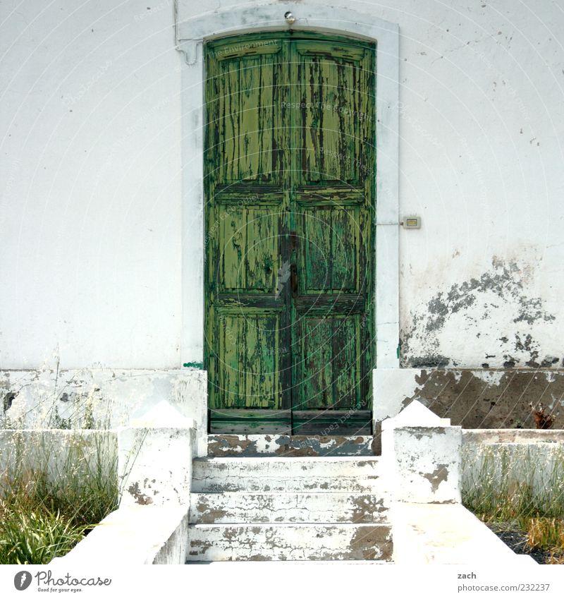 Der Lack ist ab alt weiß grün Haus Architektur Stein Tür Fassade Treppe Gebäude Eingangstür