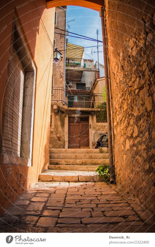 Alley in Rovinj Ferien & Urlaub & Reisen Ausflug Ferne Freiheit Sommer Sommerurlaub Haus Möbel Kunst Architektur Kultur Himmel Wolkenloser Himmel Sonne
