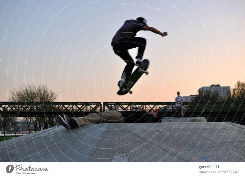TRUST Skateplatz Trick Jump Sport Skateboard Junger Mann Jugendliche Freundschaft Brücke Beton fliegen springen außergewöhnlich sportlich verrückt Freude